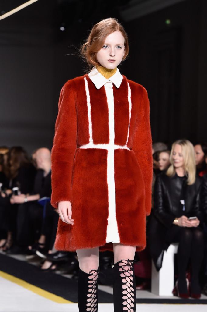 Rosso e fur per il cappottino insolito