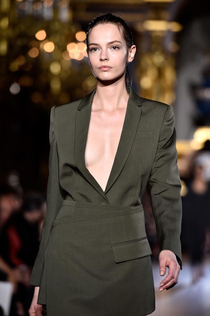 L'abito che sa di uniforme svela, ma solo un po': il giusto compromesso per un look sexy ma non volgare