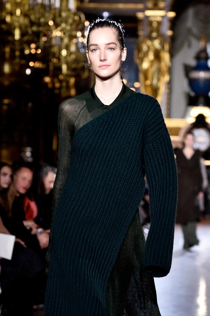Ecco il sexy-cozy: il maglione scopre un braccio, svelando un sensuale strato di trasparenze