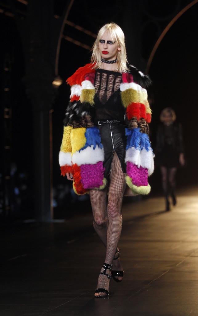 Mescola generi e stili Hedi Slimane nella nuova collezione Saint Laurent Paris