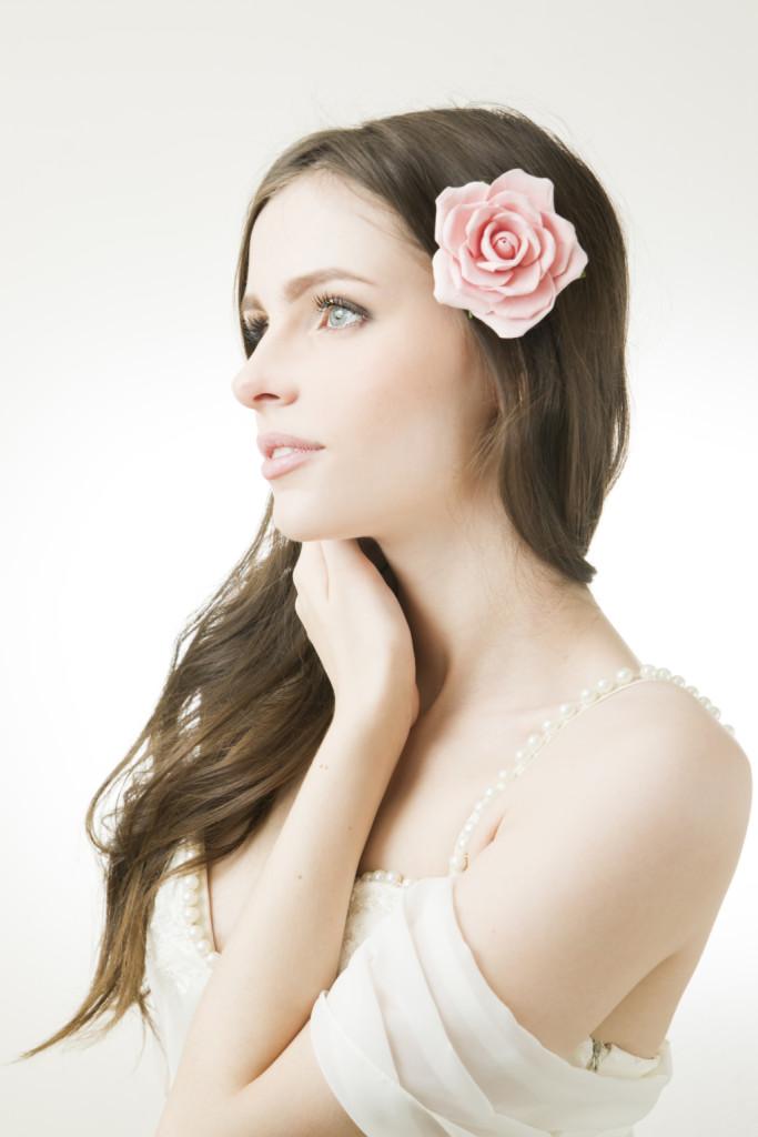 un romantico fiore tra i capelli sciolti