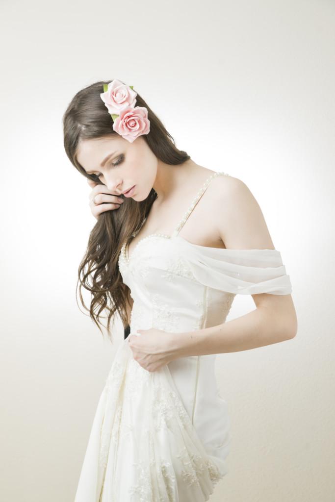stile bohemien on un fiore grande e capelli sciolti