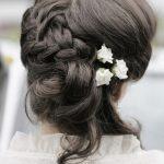 accocniatura treccia sposa con fiori
