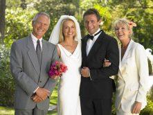 foto di rito con gli sposi e il papà e la mamma della sposa