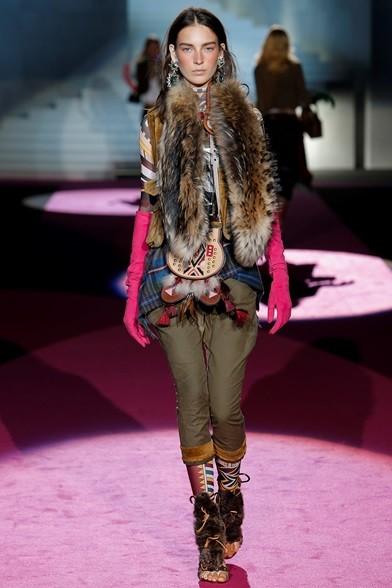 Accessori tribali e lunghi guanti fucsia