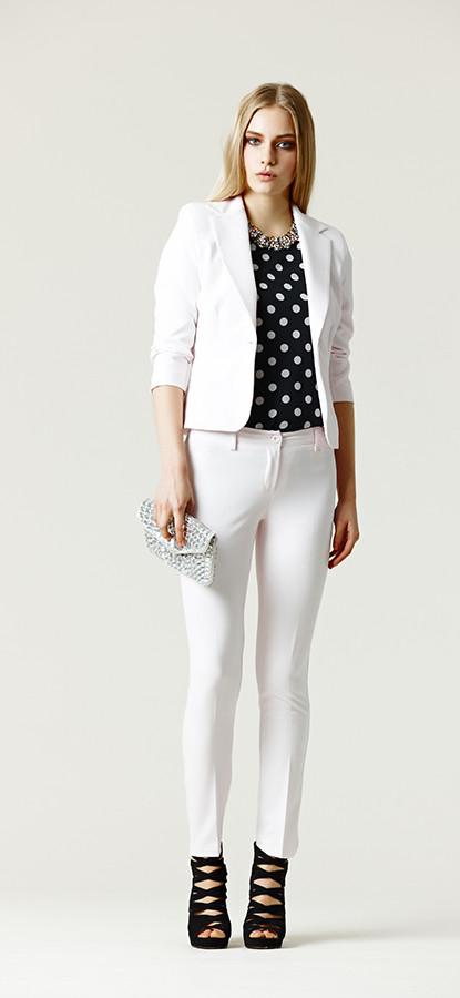 Blusa a pois abbinato a suit bianco