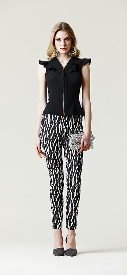 Top nero abbinato a pantalone skinny abstract texture