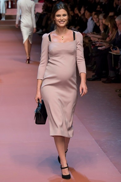 Una bellissima Bianca Balti incinta sfila nell'abito longuette cipria