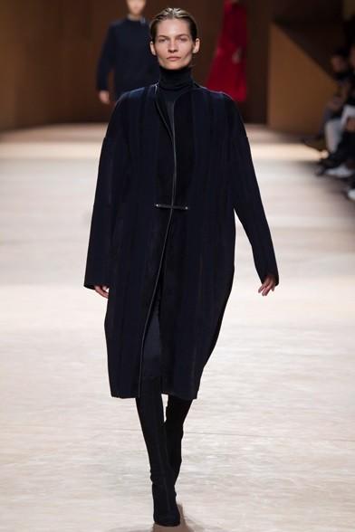 Cappotto in velluto nero dalla linea morbida