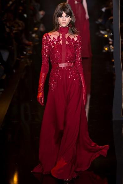 Cristalli e veli per il lungo abito rosso