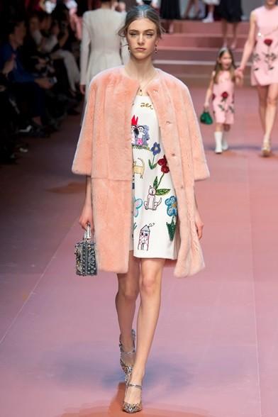 Dalla pelliccia rosa s'intravedono i disegnini sull'abito