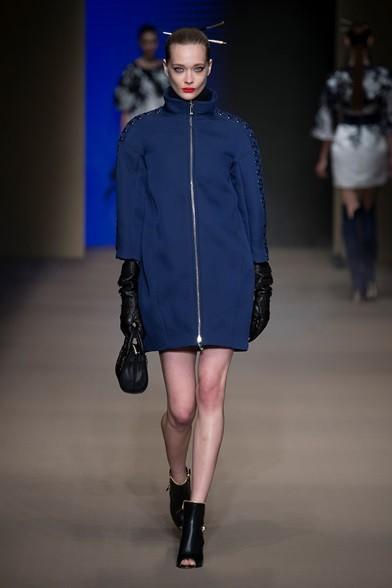 E' blu il cappotto da indossare con gli stivaletti che lasciano le dita scoperte