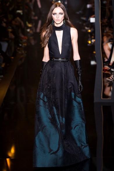 Elegante abito lungo blu e nero con profonda scollatura centrale