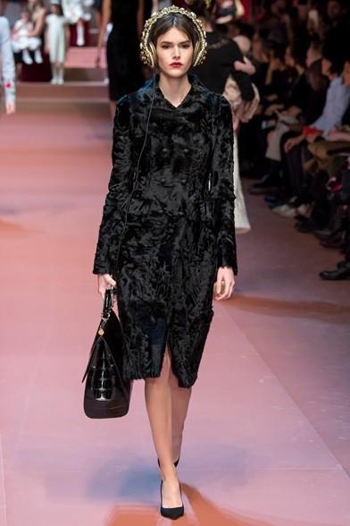 Elegante cappotto nero con maxi bag