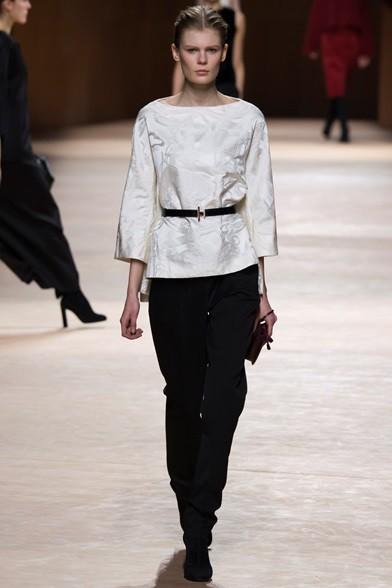 Elegante completo con casacca con manica tre quarti e cintura alla vita