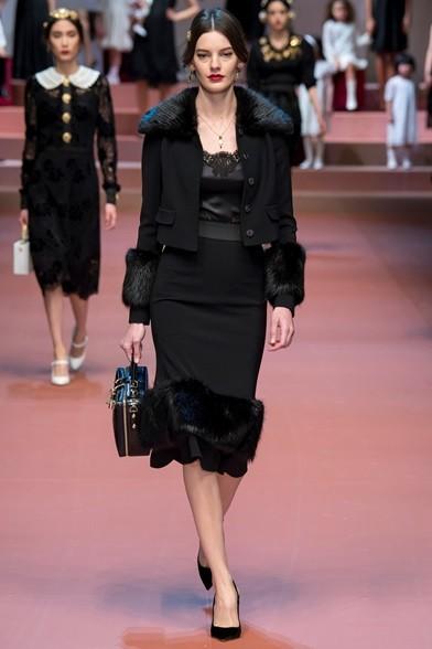 Elegante e sexy il completo giacca e gonna con inserti di pelliccia