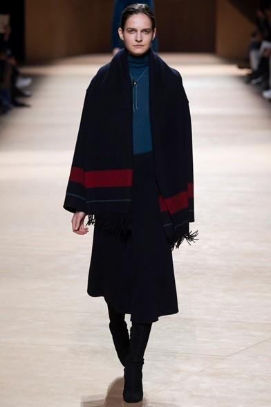 Elegante il completo giacca e gonna con sciarpa, su maglia di lana blu cobalto