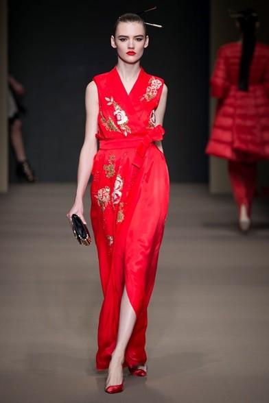Elegante l'abito lungo a kimono rosso con fiori