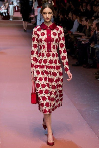 Eleganza bon ton per l'abito rosso