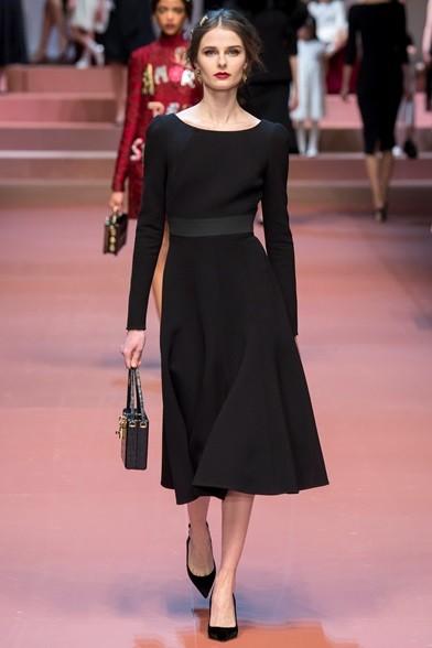 Fascia in vita per l'abito nero con gonna morbida