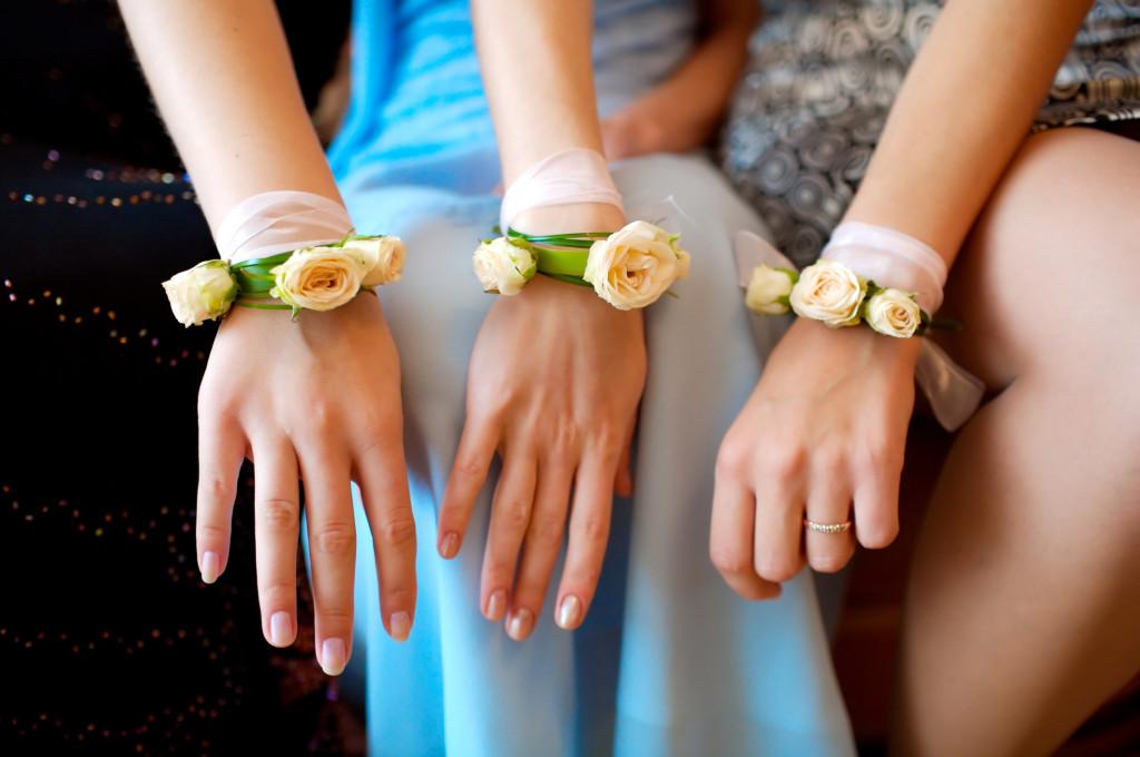 il fiorista ha realizzato per le damigelle d'onore dei braccialetti