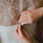 damigella chiude l'abito della sposa