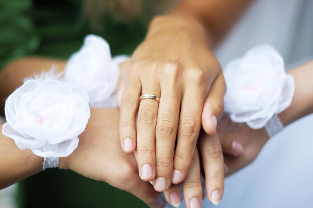 il braccialetto di fiori per la damigella