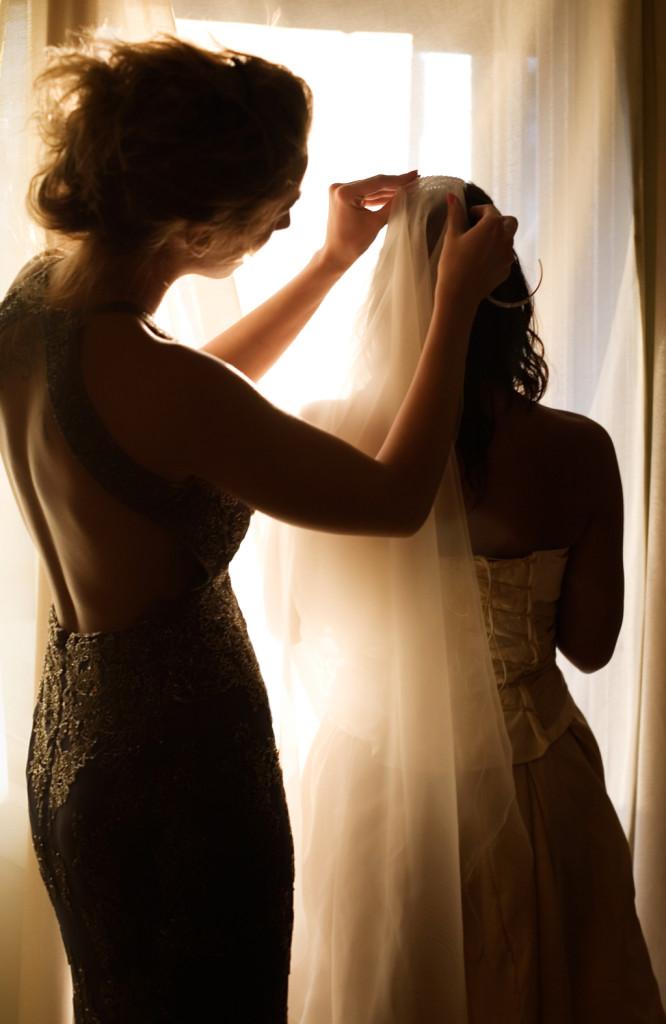 la damigella può aiutare la sposa ad indossare il velo