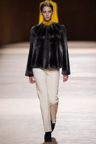 Giacchina di pelliccia color antracite su pantalone morbido