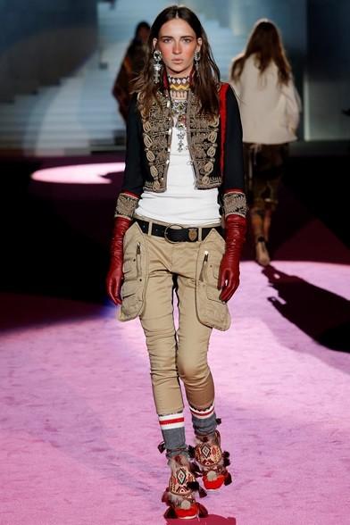 Giacchino con alamari su pantaloni cargo, guanti lunghi rossi
