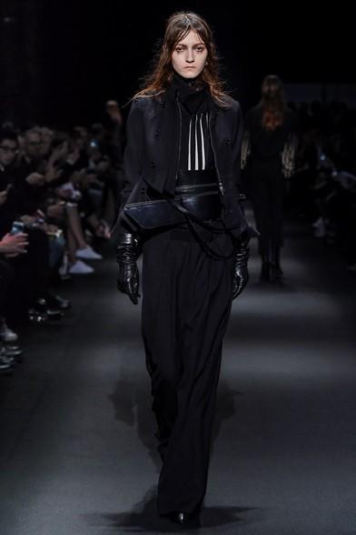 Giacchino corto e cinturone di cuoio, tutto black