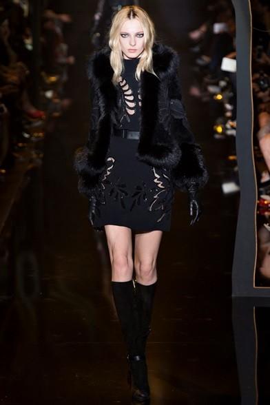 Giacchino di pelliccia su minidress con motivi cut out