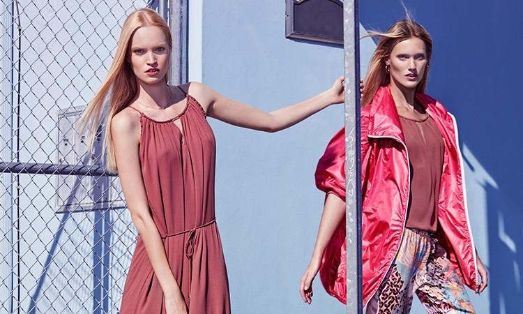 Incursione di marsala: abito lungo Gaymay (prezzo 109,90 euro) e il top Tinshell (costa 65 euro), abbinato ai pantaloni fantasia Ulureth (prezzo 65 euro).