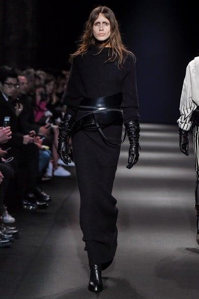 La grande cintura stringe il vestito lungo nero