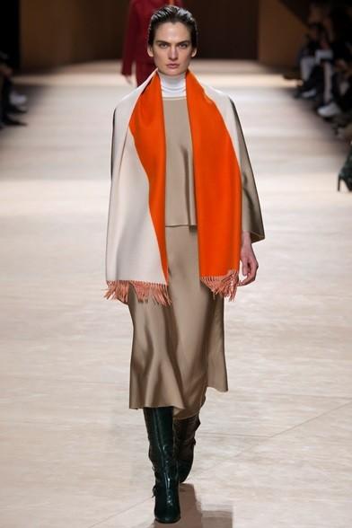 L'immancabile sciarpa arancione Hermés