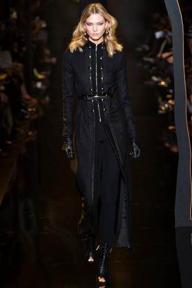 Look total black per il lungo cappotto con dettagli militari e stilett