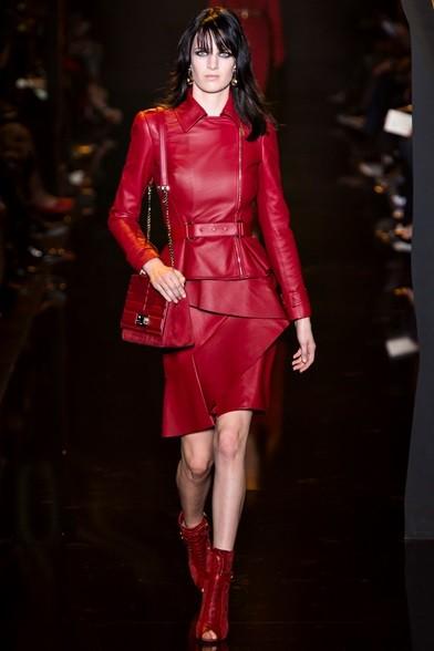 Look total red per l'abito in pelle con balzine