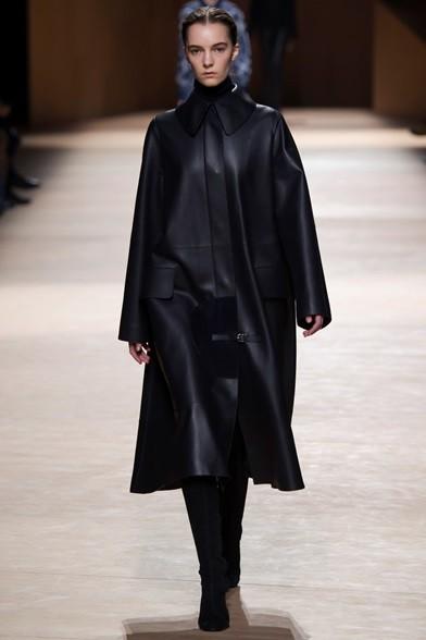 Lungo cappotto in pelle nera con colletto bon ton e cintina