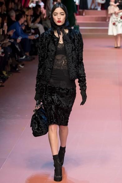 Ritorna il look total black caro agli stilisti