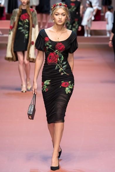 Rose sul vestito di velo e tra i capelli