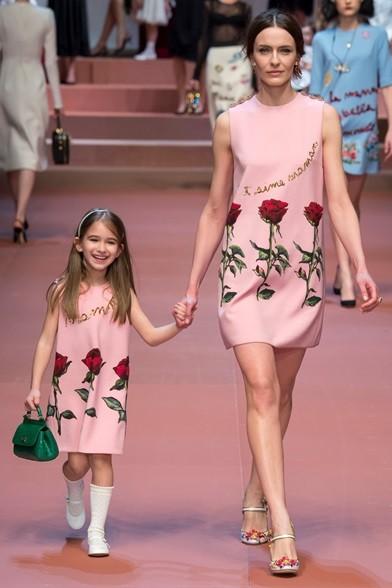 Stesso abito con le rose per la modella e la bambina