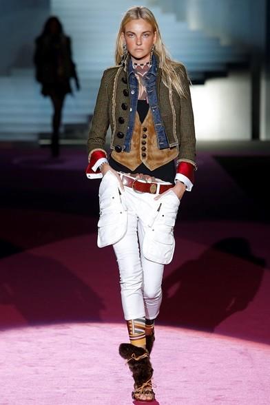 Stile militare e tribale per la giachina corta, gilet di pelle samosciata, pantaloni cargo e sandali impellicciati