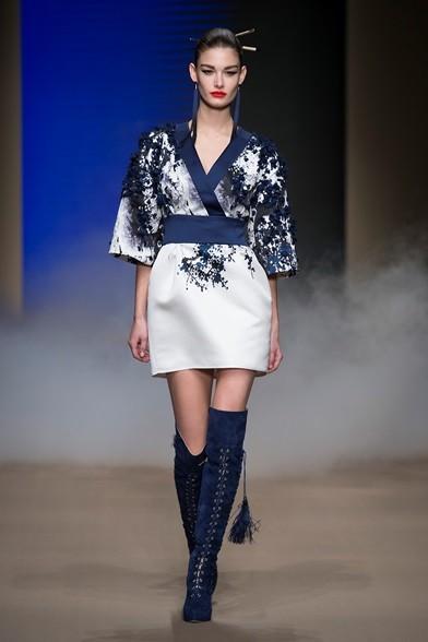 Stivali fino alle ginocchia, blu e stringati sotto l'abito corto stile kimono