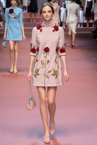 Tripudio di rose per l'abito a collo alto e scarpe trasparenti