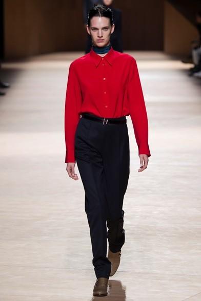 Taglio maschile per il pantalone a vita alta, morbido. Camicetta bon ton rossa