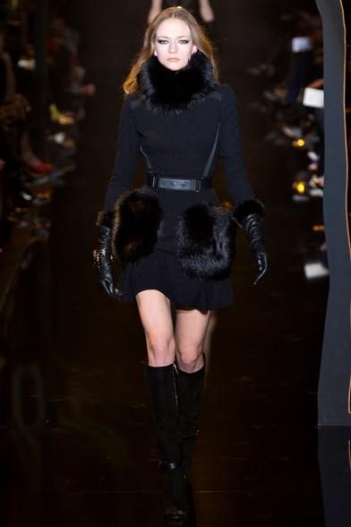 Tasche, collo e polsini di pelliccia per il minidress nero