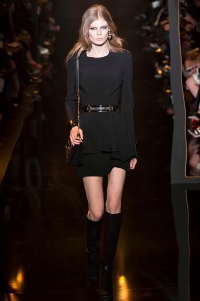 Tutti black gli accessori, tracollina, stivali di pelle e cinta