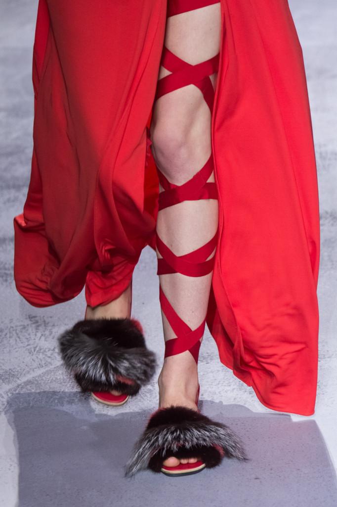 Le scarpe con nastri che avvolgono la gamba ricordano l'antica Roma