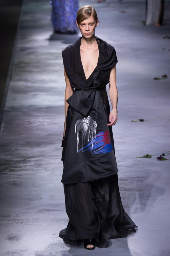 Fluidità dei tessuti, abito lungo nero con disegno sulla parte alta della gonna