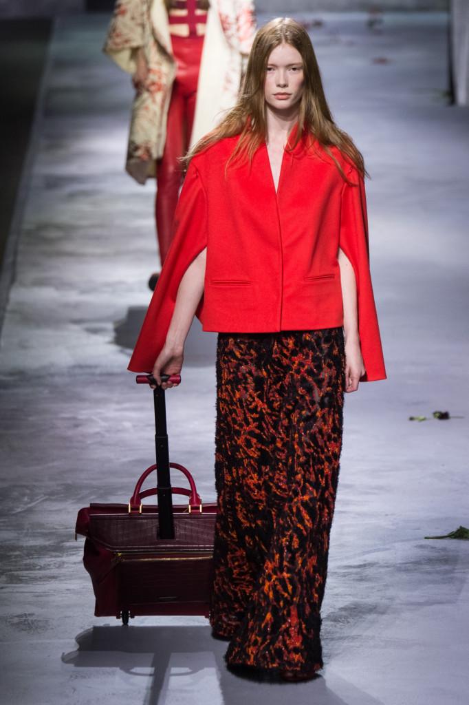Giacca rossa oversize su abito lungo rosso e nero
